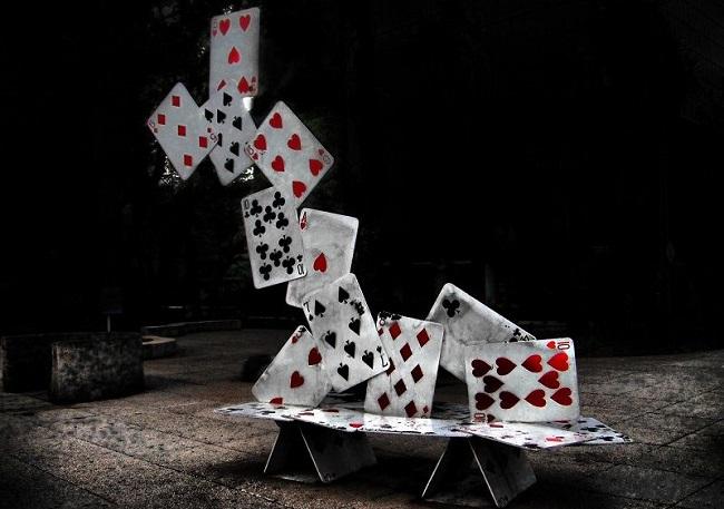 ポーカーのチェックに続くアクション